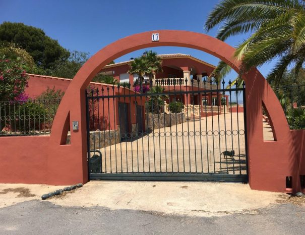 Villa Paloma Blanca Closed parking